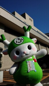 NHK放送センター前でポーズする深谷えん旅大使ふっかちゃん