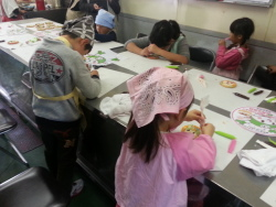 ふっかちゃんのお絵かきクッキーを作っている子どもたち