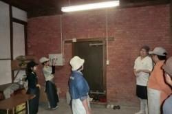 麹室前で説明を受ける参加者