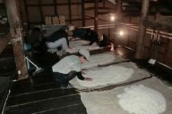 麹米をほぐして冷ます作業