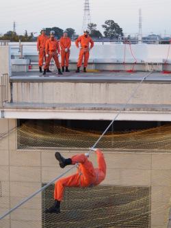 消防士による綱渡りの実演