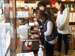 おいしいお茶の入れ方を学ぶ参加者