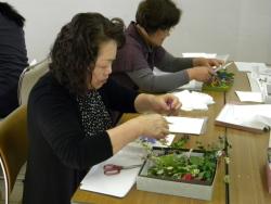 押し花の基本を学ぶ参加者