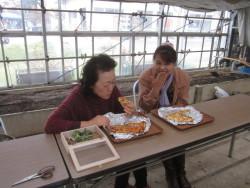 窯焼きの特製王国ピザを堪能する参加者