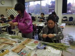 稲穂を使ったプリザーブドフラワーを作製している参加者