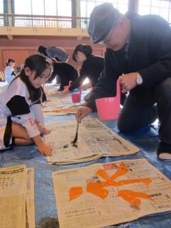 永の字を練習する参加者