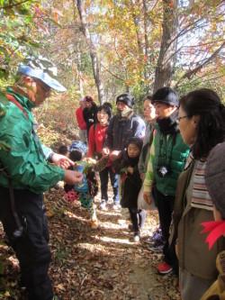 鐘撞堂山の樹木について説明を受ける参加者
