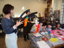 ハロウィーン仕様の風船を子どもたちにプレゼント