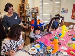 ハロウィーン仕様の風船に喜ぶ子どもたち