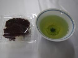 繭の形をしたお菓子と桑茶