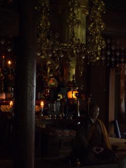 瑠璃光寺本堂で坐禅1
