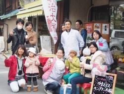 和菓子屋の前で記念撮影