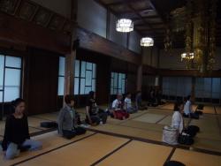 瑠璃光寺本堂で坐禅2
