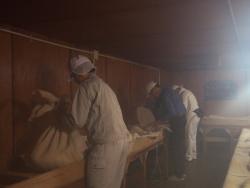 麹室で作業