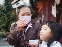 孫とおばあちゃん、ちらし寿司をおいしそうに頬張る孫