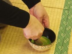 お茶を点てる女性の手