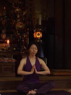 瑠璃光寺本堂でヨガ1
