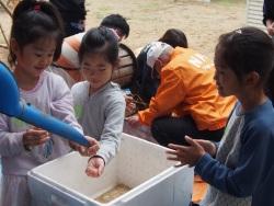 出来立ての米を囲んで楽しそうな子供たち