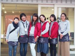 深谷ベース前、若女将6人で記念撮影