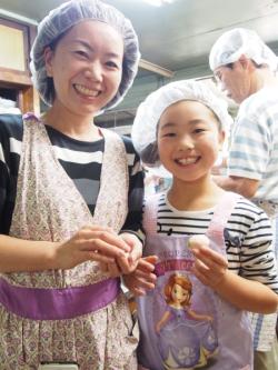 和菓子作り(笑顔の親子1)