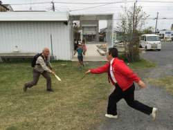 羽子板で遊ぶ大人たち