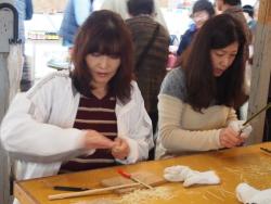 竹を削る女性二人組