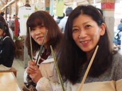 箸を持ってカメラ目線の女性二人組