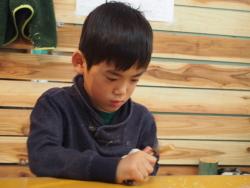 竹を削る男の子